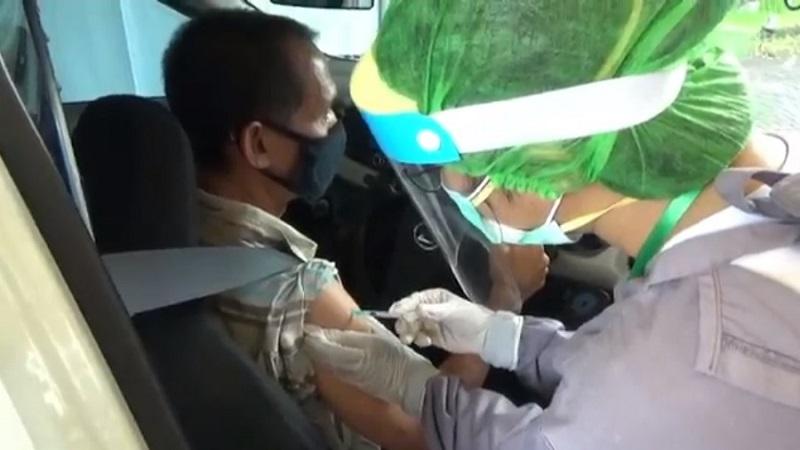 https: img.okezone.com content 2021 02 27 244 2369519 vaksinasi-covid-19-di-bali-digelar-drive-thru-pertama-di-indonesia-YRguadFQPc.jpg