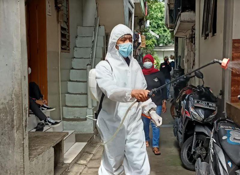 https: img.okezone.com content 2021 02 27 337 2369413 cegah-covid-19-baja-perindo-semprot-disinfektan-di-sunter-agung-jakut-RspiUfYc6C.jpg