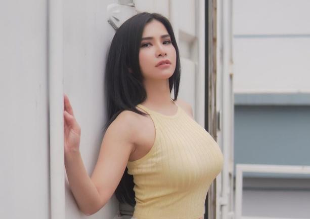 https: img.okezone.com content 2021 02 27 38 2369464 sama-sama-sedang-berenang-seksi-mana-maria-vania-atau-vicky-piria-OcHqW7lYjb.jpg