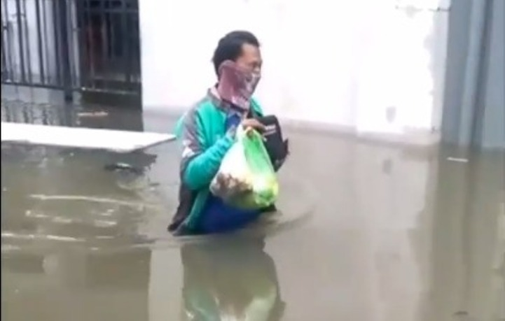 https: img.okezone.com content 2021 02 27 512 2369451 viral-ojol-terobos-banjir-sepinggang-antar-makanan-sTmp9VFaI6.jpg