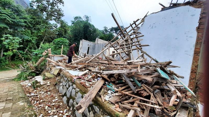 https: img.okezone.com content 2021 02 27 525 2369491 120-rumah-rusak-akibat-pergerakan-tanah-di-purwakarta-2jy0Rd7dza.jpg