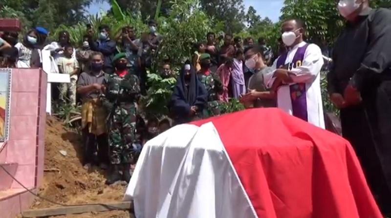 https: img.okezone.com content 2021 02 27 608 2369467 jenazah-pratu-martinus-korban-penembakan-rm-cafe-dimakamkan-secara-militer-xiuhhvUNRX.jpg