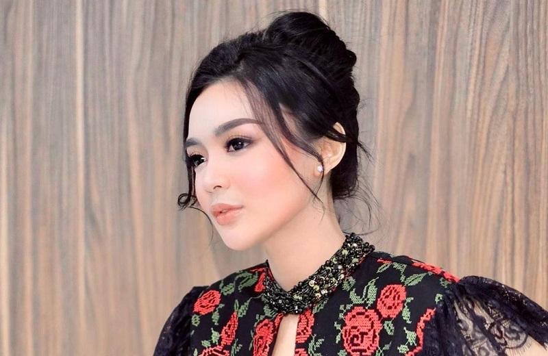 https: img.okezone.com content 2021 02 28 194 2369669 pesona-wika-salim-seksi-berbalut-dress-motif-mawar-merah-geulis-pisan-pCGl3qjb3Z.jpg