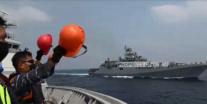https: img.okezone.com content 2021 02 28 337 2369588 tni-al-lakukan-passing-exercise-dengan-kapal-india-di-perairan-mumbai-2jkWUIM7Xf.jpg