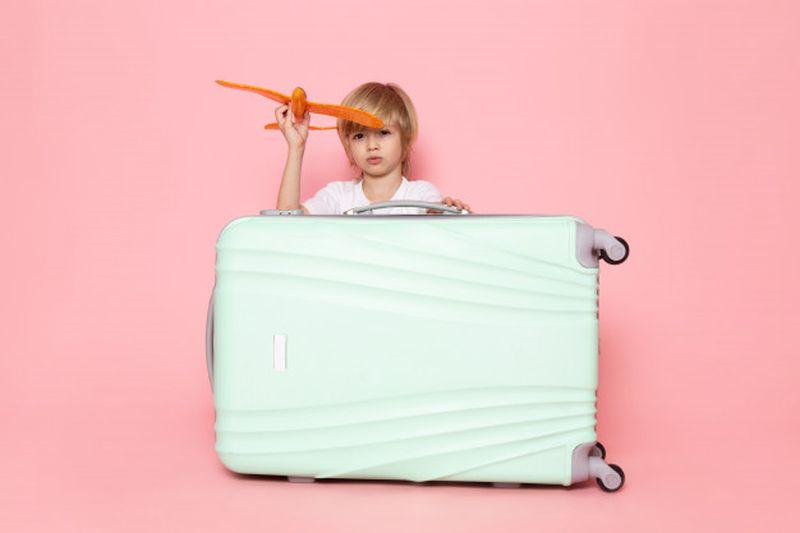 https: img.okezone.com content 2021 02 28 406 2369816 tips-naik-pesawat-bersama-si-kecil-ala-pramugari-gimana-sih-yFytYti8Zb.jpg