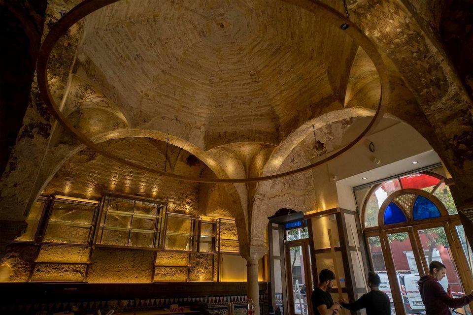 https: img.okezone.com content 2021 03 01 18 2369944 tempat-pemandian-bergaya-arsitektur-islam-abad-ke-12-tak-sengaja-ditemukan-di-dalam-bar-yang-direnovasi-W3YYGvx0Vt.jpg