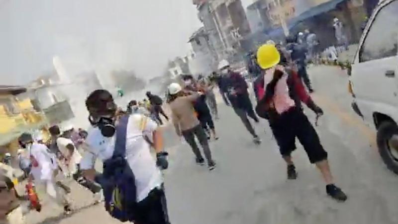 https: img.okezone.com content 2021 03 01 18 2370127 demonstran-myanmar-turun-ke-jalan-sehari-setelah-pihak-keamanan-tewaskan-18-orang-5W1SMaEfGv.jpg