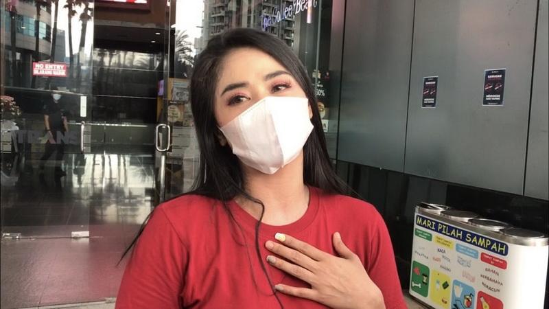 https: img.okezone.com content 2021 03 01 33 2370408 dewi-perssik-hardik-netizen-yang-ngebet-ajak-hubungan-intim-6wUalR18jp.jpg