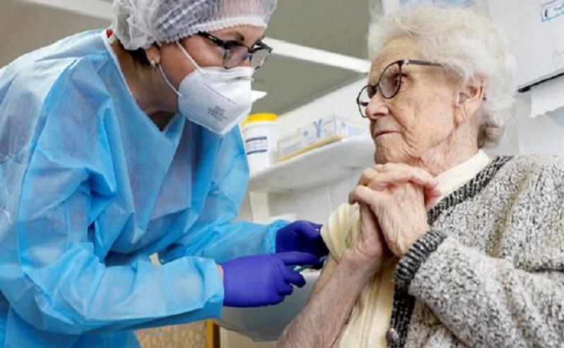 https: img.okezone.com content 2021 03 01 481 2370356 vaksinasi-covid-19-untuk-lansia-dilakukan-sistem-drive-thru-C6z6n3Oy8h.jpg