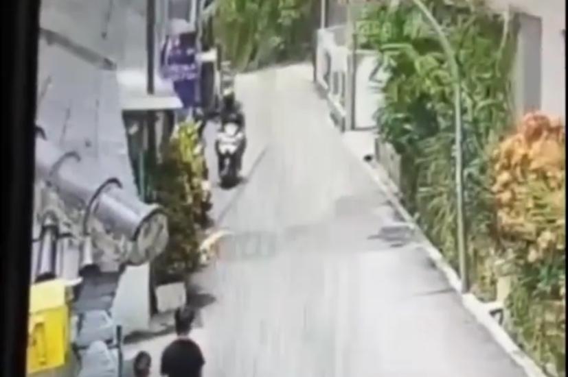 https: img.okezone.com content 2021 03 01 525 2370379 viral-video-jambret-di-bandung-korban-mengejar-hingga-terseret-motor-pelaku-11FzcB6OtT.jpg