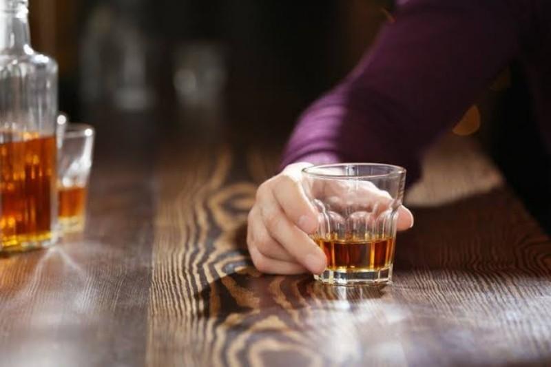 https: img.okezone.com content 2021 03 01 611 2370509 hati-hati-banyak-minum-alkohol-bisa-sebabkan-jerawat-hingga-penuaan-dini-gYKvJ9r0kL.jpeg