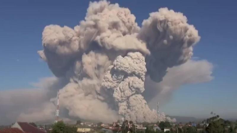https: img.okezone.com content 2021 03 02 340 2370645 sinabung-muntahkan-awan-panas-terus-menerus-sejauh-5-000-meter-warga-diimbau-jauhi-zona-merah-P34HMWMQ1N.jpg