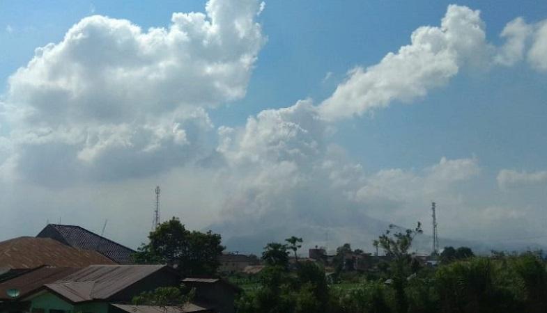 https: img.okezone.com content 2021 03 02 608 2370987 gunung-sinabung-erupsi-semburkan-abu-setinggi-1-000-meter-xGOSAiTahf.jpg