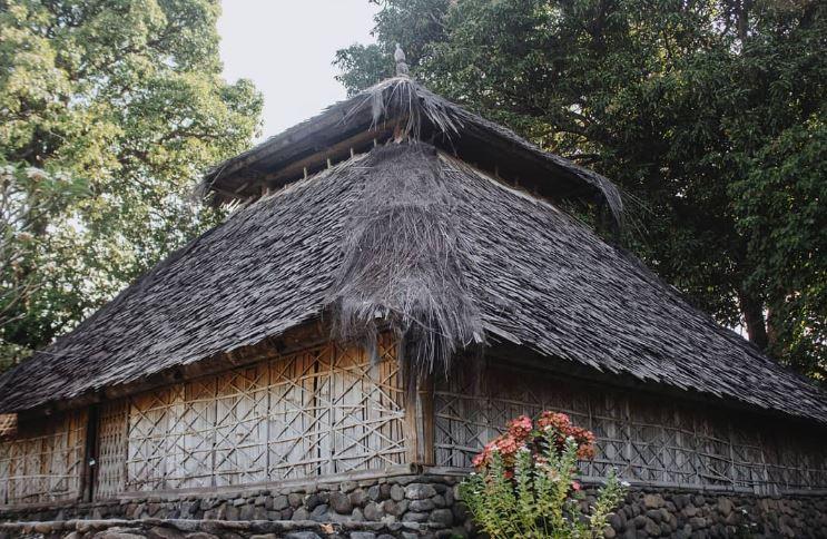 https: img.okezone.com content 2021 03 03 408 2371613 masjid-kuno-bayan-beleq-tonggak-sejarah-islam-di-tanah-lombok-B6J9XpSLbI.JPG