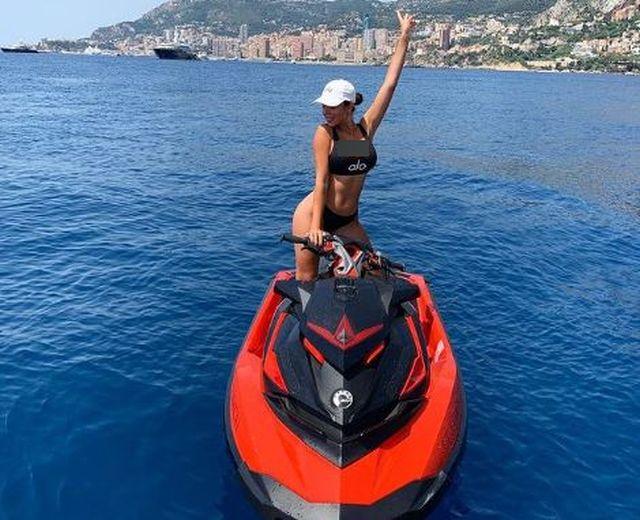 https: img.okezone.com content 2021 03 03 51 2371677 maria-vania-vs-georgina-rodriguez-siapa-paling-keren-di-atas-jetski-bXMiswChLD.JPG