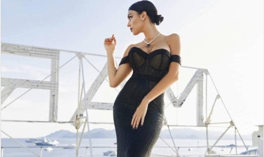 https: img.okezone.com content 2021 03 03 51 2371788 pacar-cristiano-ronaldo-dan-istri-messi-sama-sama-kenakan-gaun-hitam-siapa-paling-elegan-v7iW8z32i5.jpg