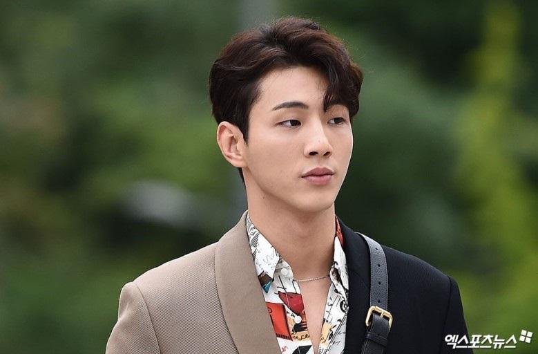 https: img.okezone.com content 2021 03 04 194 2372516 5-ootd-trendi-ji-soo-aktor-korea-yang-tersandung-kasus-perundungan-G0fZq3Aw3c.jpg