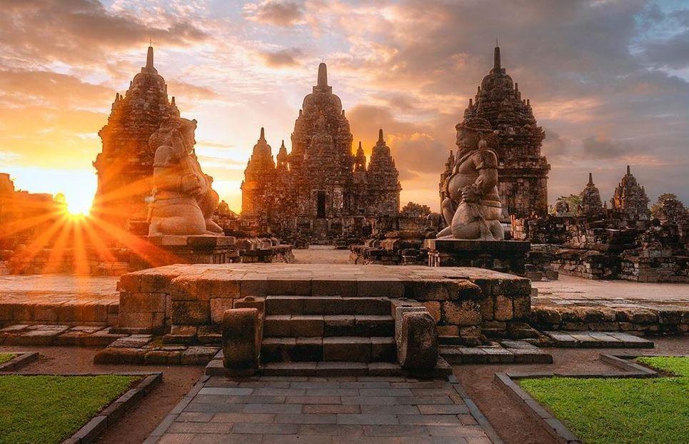 https: img.okezone.com content 2021 03 04 408 2372355 eksotisme-sewu-candi-buddha-terbesar-kedua-di-indonesia-setelah-borobudur-5pFmnCitGk.JPG