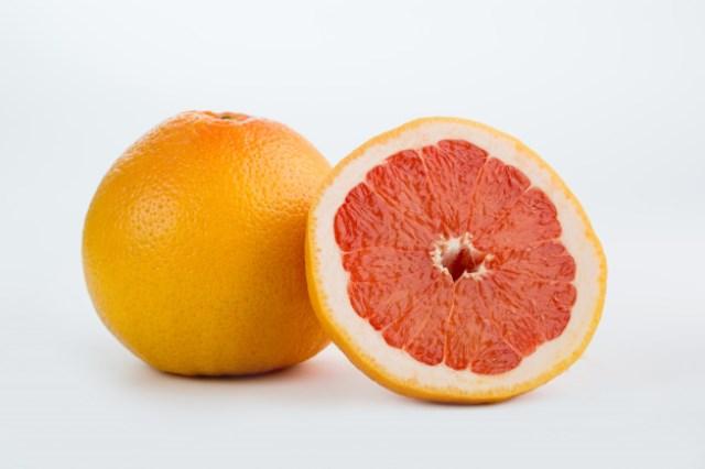 https: img.okezone.com content 2021 03 04 481 2372233 mengenal-jeruk-bali-merah-miliki-manfaat-dan-bahaya-untuk-tubuh-skOSTrCGXF.jpg