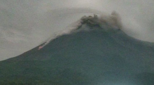 https: img.okezone.com content 2021 03 04 510 2371986 gunung-merapi-semburkan-awan-panas-dan-25-kali-lava-pijar-gPuvlGqq8r.jpg
