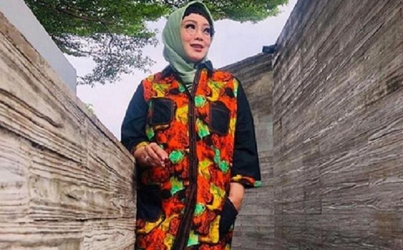 https: img.okezone.com content 2021 03 05 194 2373160 mengenang-rina-gunawan-lewat-hijab-simple-nya-S8evxPkxdz.jpg