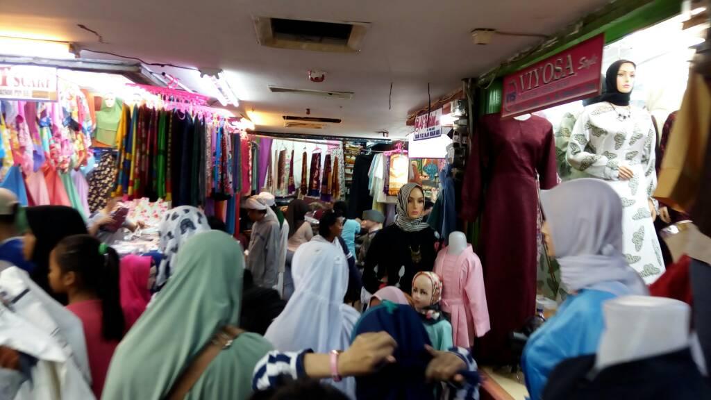 https: img.okezone.com content 2021 03 05 320 2373096 harga-hijab-impor-bisa-lebih-murah-dari-permen-EvjVIM03DJ.jpg