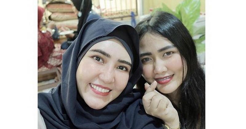 https: img.okezone.com content 2021 03 05 33 2372812 foto-bareng-adik-kenakan-hijab-via-vallen-banjir-pujian-netizen-NlcHE33Nhl.jpg