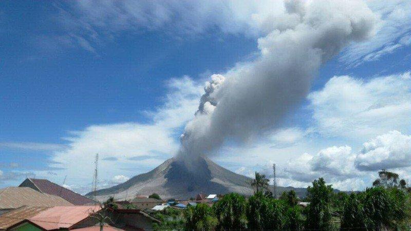 https: img.okezone.com content 2021 03 05 510 2372907 gunung-merapi-muntahkan-awan-panas-sejauh-1-4-km-status-masih-siaga-SEiZFAuKnL.jpg