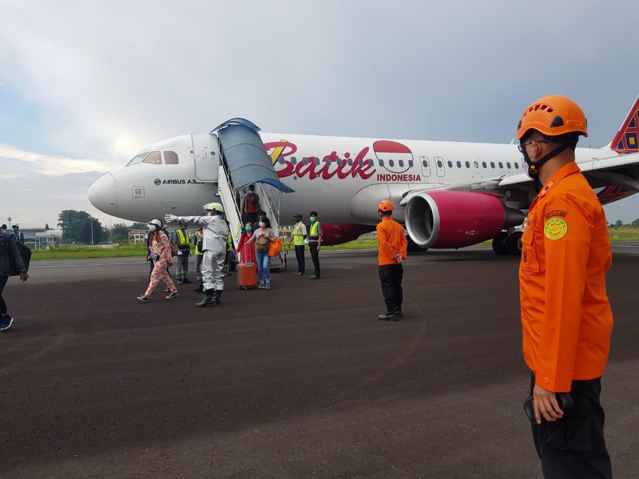 https: img.okezone.com content 2021 03 06 340 2373526 20-menit-mengudara-pesawat-batik-air-tujuan-jakarta-kembali-mendarat-darurat-di-bandara-jambi-WXmmCZONYB.jpg