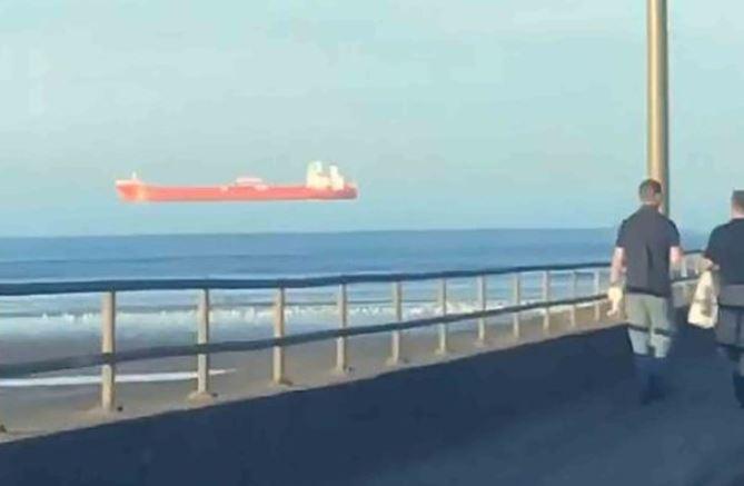 https: img.okezone.com content 2021 03 06 406 2373568 viral-kapal-tanker-melayang-di-atas-laut-bikin-heboh-ohYhB5vOez.JPG