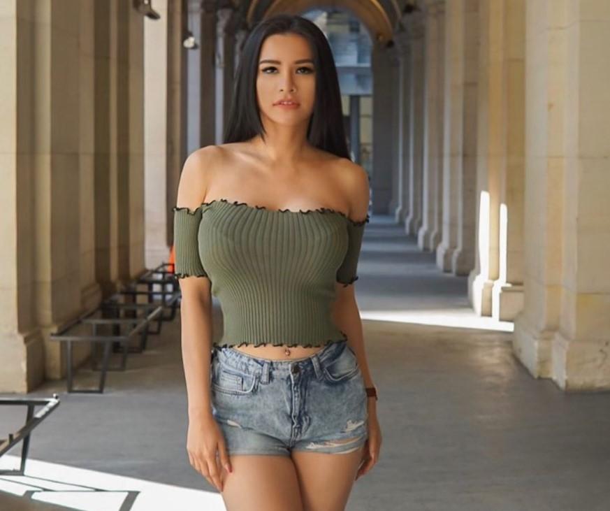 https: img.okezone.com content 2021 03 06 43 2373396 tampil-menggoda-saat-pakai-hot-pants-seksian-maria-vania-atau-alica-schmidt-bmh30dD5YH.jpg