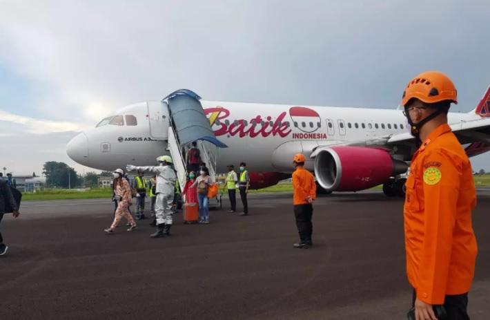 https: img.okezone.com content 2021 03 07 340 2373809 tim-knkt-investigasi-penyebab-pesawat-batik-air-mendarat-darurat-di-bandara-jambi-cc2MTv9cpp.jpg