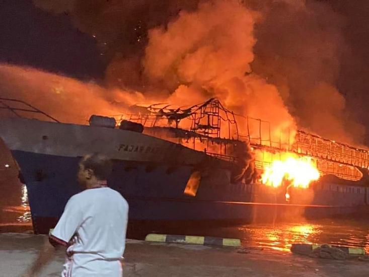 https: img.okezone.com content 2021 03 07 340 2373847 kapal-penumpang-km-fajar-mulia-8-terbakar-di-pelabuhan-rakyat-kota-sorong-yRy7FjuRYs.jpg