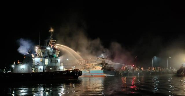 https: img.okezone.com content 2021 03 07 340 2373896 terbakarnya-kapal-penumpang-km-fajar-mulia-8-tak-ada-korban-jiwa-BW6Zd2U737.jfif