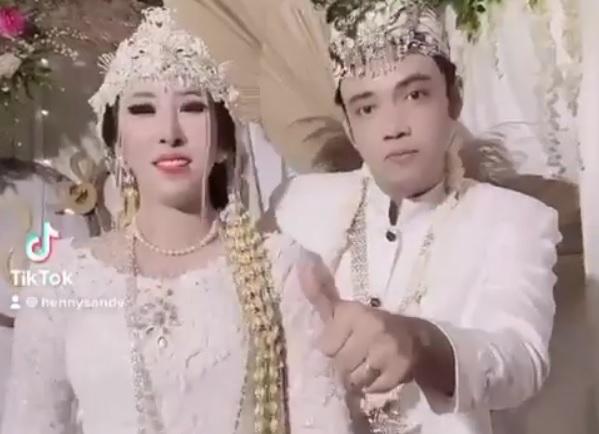 https: img.okezone.com content 2021 03 08 33 2374041 lepas-status-duda-sandy-tumiwa-menikah-dengan-henny-mona-euwvRPaAS8.jpg