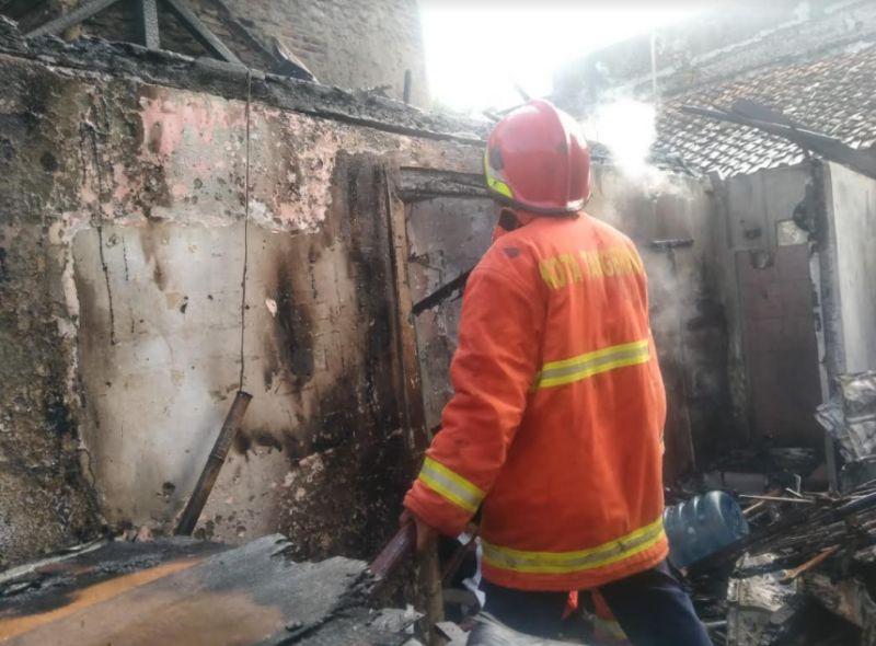 https: img.okezone.com content 2021 03 08 338 2374229 cek-bangunan-habis-terbakar-pria-ini-tewas-tersengat-listrik-ArOxsg53kA.jpg