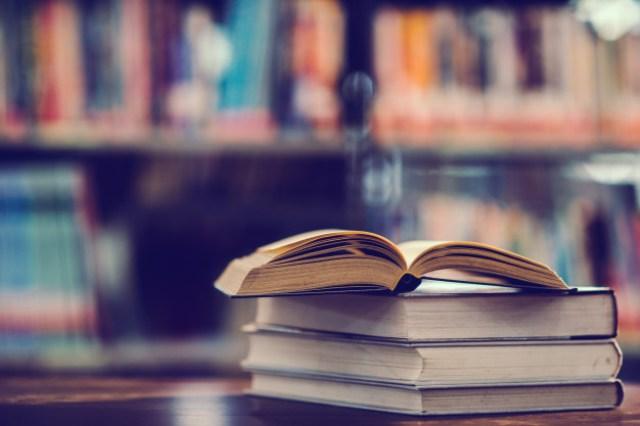 https: img.okezone.com content 2021 03 08 481 2373928 memperkuat-otak-hingga-kurangi-stres-manfaat-membaca-buku-untuk-kesehatan-KlWnHNAG5Q.jpg