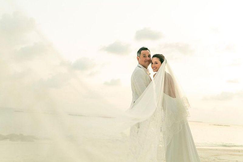https: img.okezone.com content 2021 03 08 612 2374446 menikah-di-maldives-cantiknya-julie-estelle-dengan-gaun-backless-5qfEwRpazd.jpg