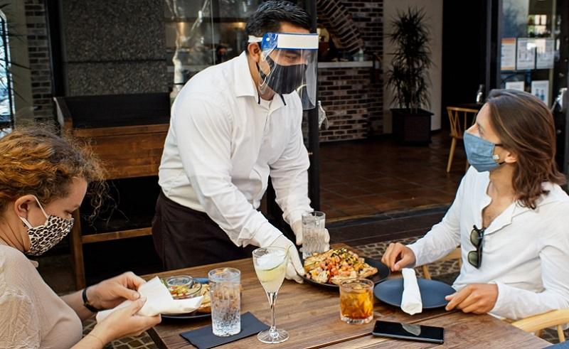 https: img.okezone.com content 2021 03 09 481 2374832 kurangi-resiko-penularan-covid-19-saat-makan-di-restoran-jangan-ngobrol-e8jjcSYZ7n.jpg