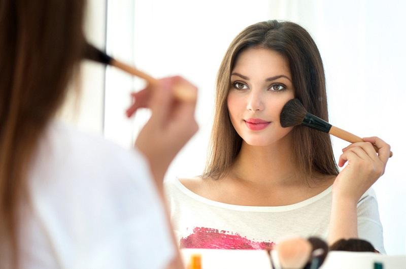 https: img.okezone.com content 2021 03 09 611 2374683 5-tips-memakai-makeup-untuk-kulit-wajah-banyak-jerawat-Y0KIGltYcP.jpg