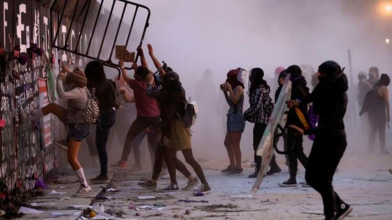 https: img.okezone.com content 2021 03 10 18 2375329 unjuk-rasa-hari-perempuan-internasional-polisi-bentrok-dengan-ibu-ibu-dan-aktivis-perempuan-kZYAvprunL.jpg