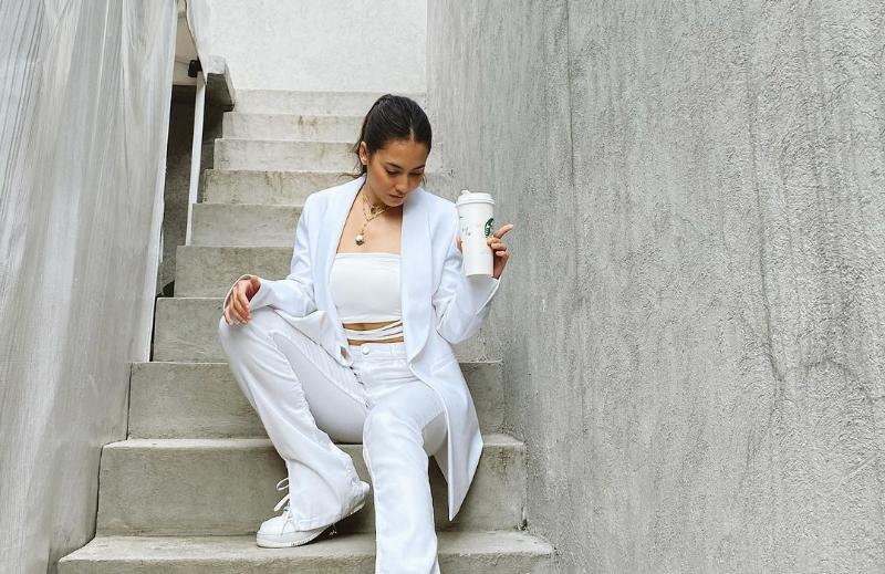 https: img.okezone.com content 2021 03 10 194 2375218 gaya-menantang-pevita-pearce-dengan-outfit-putih-netizen-cantiknya-awet-aLdokO1h3q.png