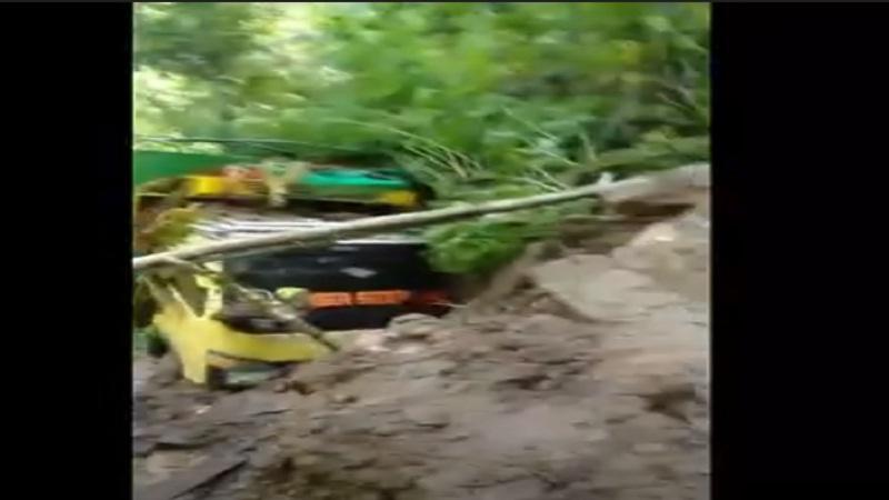 https: img.okezone.com content 2021 03 10 340 2375560 truk-penuh-muatan-tertimpa-longsor-jatuh-ke-jurang-di-toraja-utara-sulsel-5n3YcjYbbw.jpg