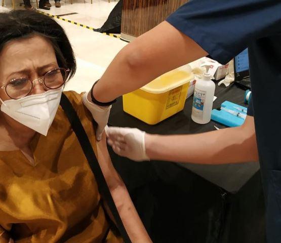 https: img.okezone.com content 2021 03 10 481 2375420 dapat-vaksin-covid-19-sisca-soewitomo-enggak-ada-efek-samping-apa-apa-ph8EJRkiqt.jpg