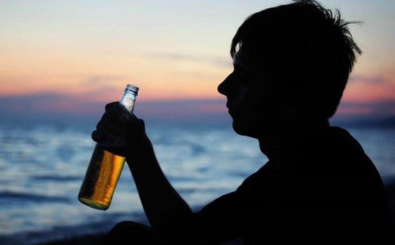 https: img.okezone.com content 2021 03 10 612 2375510 ciri-ciri-remaja-kecanduan-alkohol-apa-saja-NLxQhRdHJs.jpg