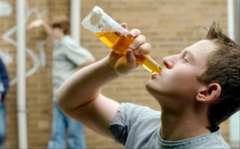 https: img.okezone.com content 2021 03 10 612 2375566 waduh-banyak-remaja-minum-alkohol-karena-dipaksa-teman-VMQhZClHWF.jpg