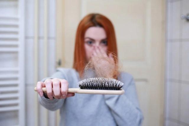 https: img.okezone.com content 2021 03 10 620 2375513 4-cara-alami-obati-rambut-rontok-salah-satunya-pakai-bawang-LK0lW7bxUo.jpg