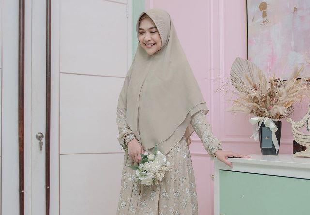 https: img.okezone.com content 2021 03 11 194 2376192 4-inspirasi-gaya-hijab-para-artis-di-momen-isra-miraj-cantik-dan-syari-LA831Oglyb.jpg