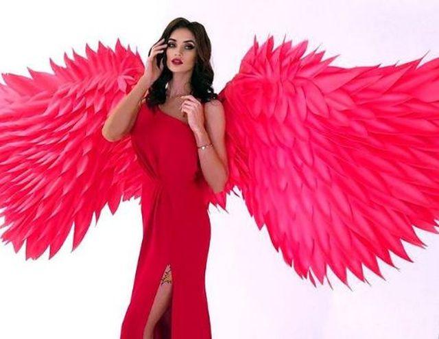 https: img.okezone.com content 2021 03 11 43 2376321 pevoli-kristina-karapetyan-tampil-elegan-dengan-dress-perak-aaO5WkVdVY.JPG