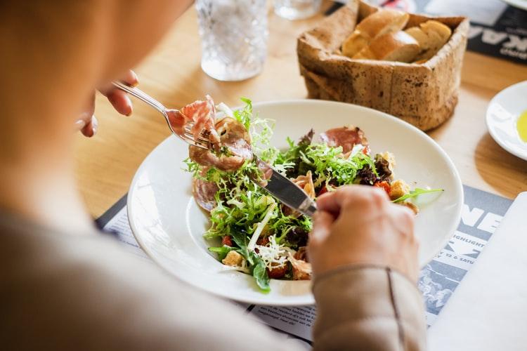 https: img.okezone.com content 2021 03 11 481 2376121 ini-13-makanan-yang-wajib-dikonsumsi-para-wanita-7MBjdwY51z.jpg